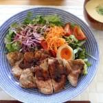 アラビア avec 24hで豚ロースの生姜風味焼きとオルテガベストのコーデ。