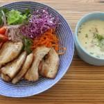 えんどう豆と豆乳のほっこりスープ、豚バラ肉カリっと焼きとオルテガベスト本日の冷えとりコーデ。