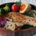 秋鮭スパイスソテー弁当とトラバイユパンツで冷えとりコーデ。