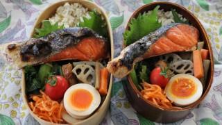 甘塩鮭弁当とふくらすずめブローチ冷えとりコーデ。