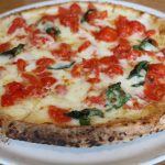 毎度おなじみのピザとサロペット冷えとりコーデ。