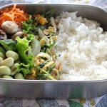 豆苗と豚肉の卵炒め弁当とスカーフ巻き冷えとりコーデ。