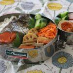 甘塩鮭弁当とオルテガベスト冷えとりコーデ。