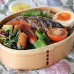 鮭弁当とボルドーベスト冷えとりファッション。