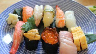 お持ち帰り寿司で昼食とホワイトデニム冷えとりファッション。