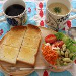 木のプレートで朝食の様子とジョッパーズパンツ冷えとりファッション。