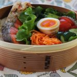 鮭弁当とアナトミカベスト冷えとりファッション。