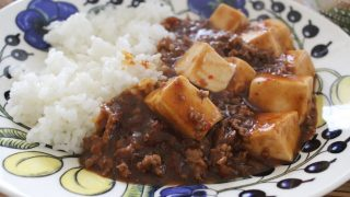 麻婆豆腐ランチとホワイトデニム&パーカー冷えとりファッション。
