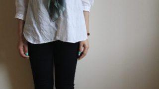 プレットのリネンシャツとブラックスキニー冷えとりファッション。