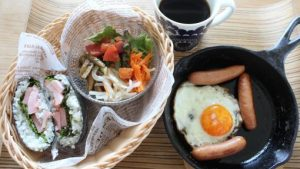 おにぎらず朝ごはんとお弁当たちと我が家のベランダの様子。